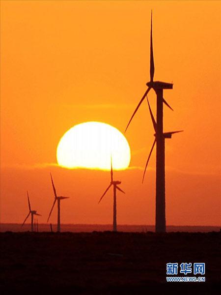 内蒙古乌拉特中旗龙源风电场的风机在夕阳下运转