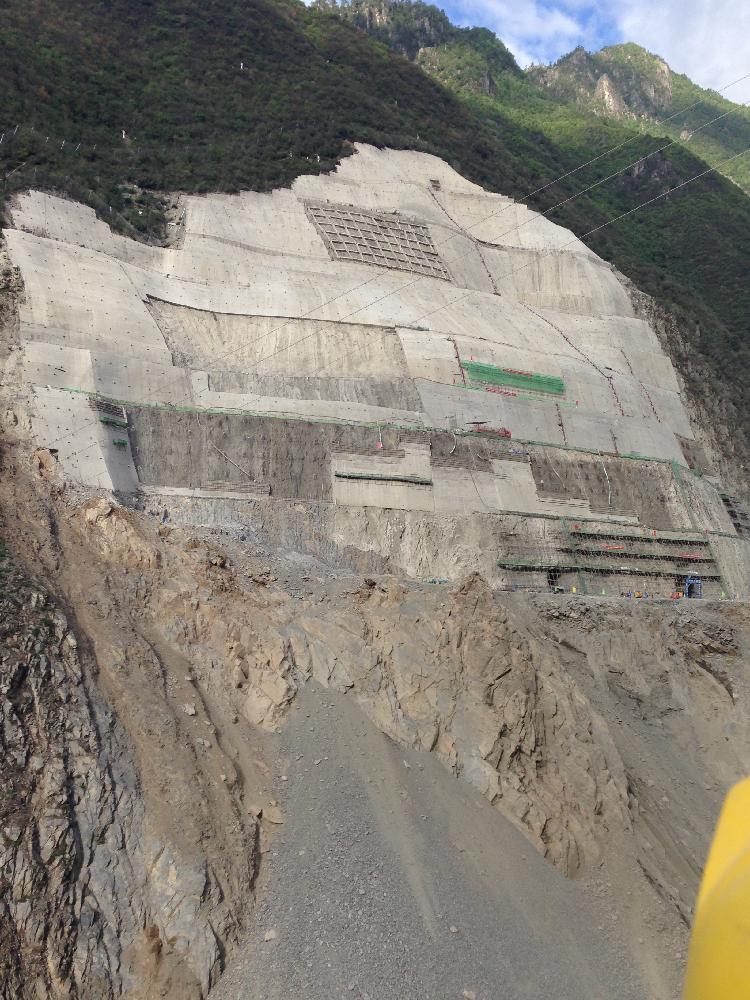三板溪水电站泄洪洞出口边坡钢筋桩施工